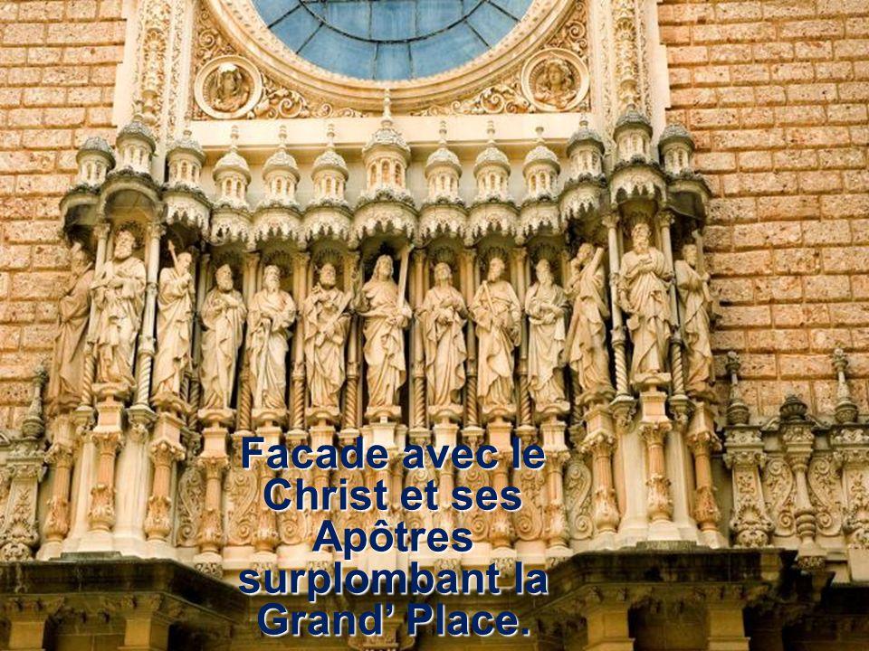 Facade avec le Christ et ses Apôtres surplombant la Grand Place.