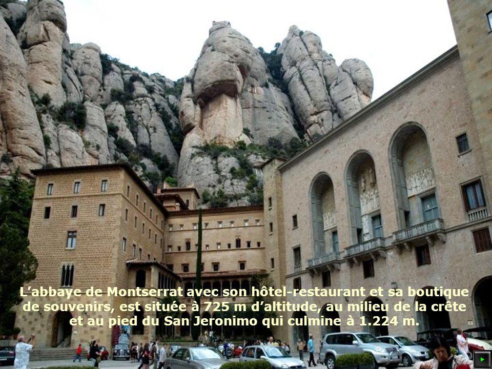 Labbaye de Montserrat avec son hôtel-restaurant et sa boutique de souvenirs, est située à 725 m daltitude, au milieu de la crête et au pied du San Jeronimo qui culmine à 1.224 m.