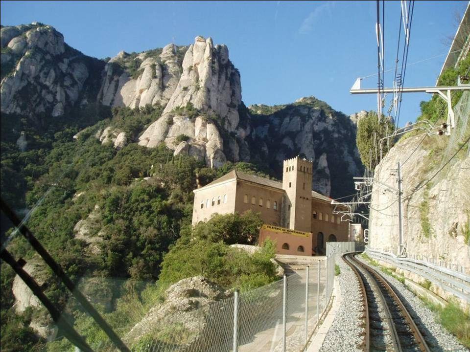 Labbaye de Montserrat avec son hôtel-restaurant et sa boutique de souvenirs, est située à 725 m daltitude, au milieu de la crête et au pied du San Jer