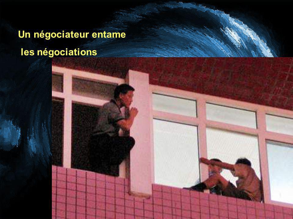 Un négociateur entame les négociations