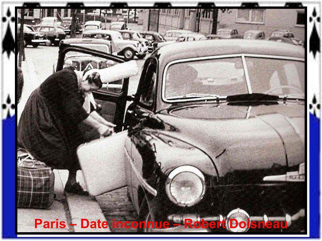 « Quatre Bigoudènes dans la rue » – Finistère – Date inconnue – Michel Thersiquel