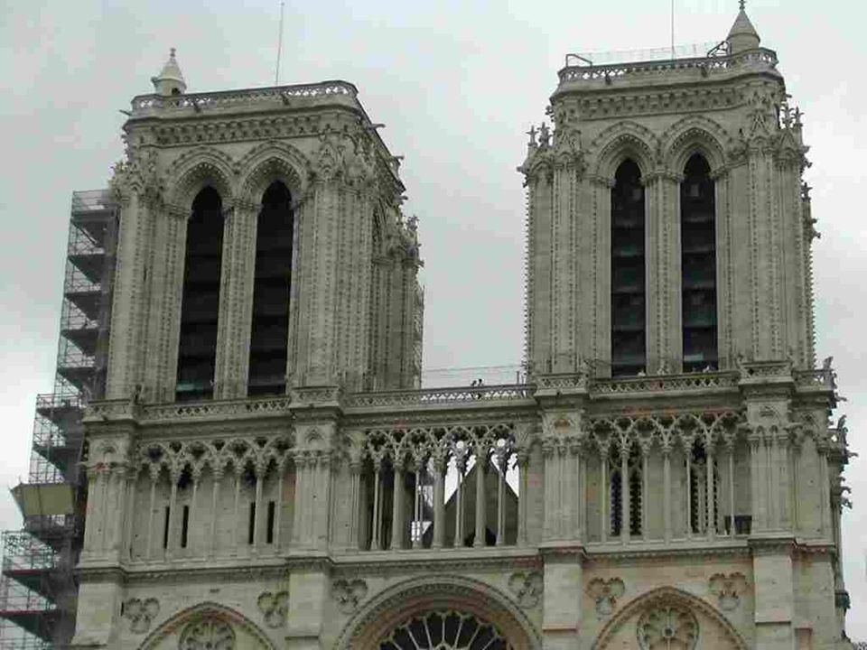 Devant la grande rosace de la façade principale, la Vierge accueille les 20 millions de visiteurs qui foulent chaque année le parvis et font de ce monument celui qui est le plus visité de Paris…