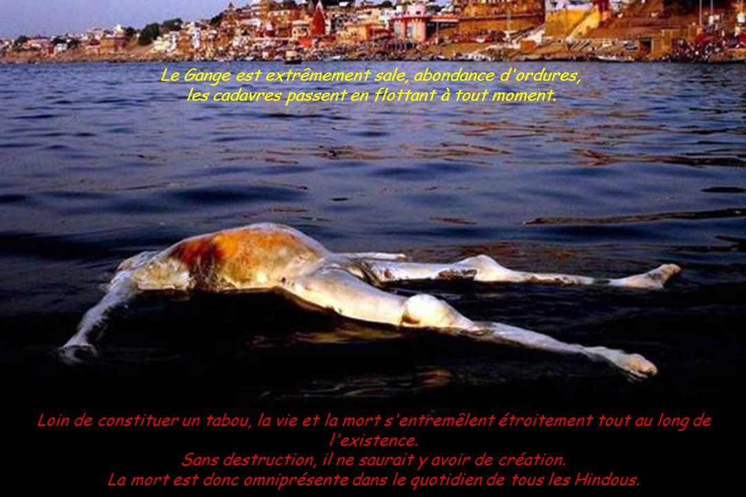 Pour les pauvres, ne pouvant se payer une crémation, jeter le corps du défunt dans le Gange ou autre rivière, est identique mais plus long pour passer