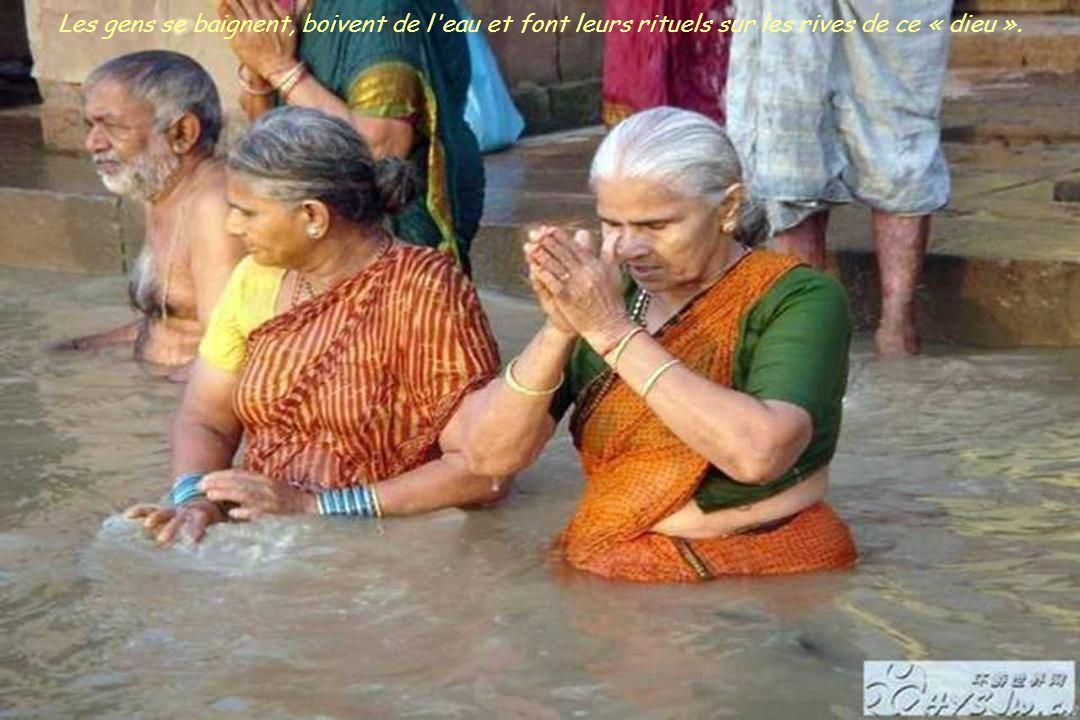 Le Gange est extrêmement sale, abondance d'ordures, les cadavres passent en flottant à tout moment. Loin de constituer un tabou, la vie et la mort s'e