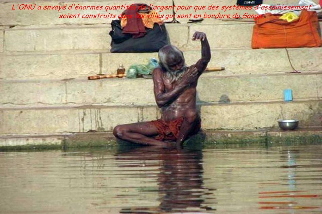 Les gens se baignent, boivent de l'eau et font leurs rituels sur les rives de ce « dieu ».