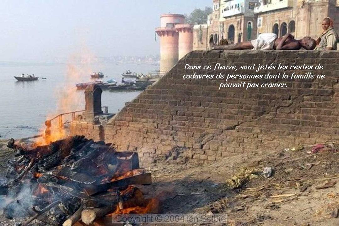 Et ainsi, les personnes et les défunts vivent ensemble côte à côte dans ce fleuve « sacrée ».