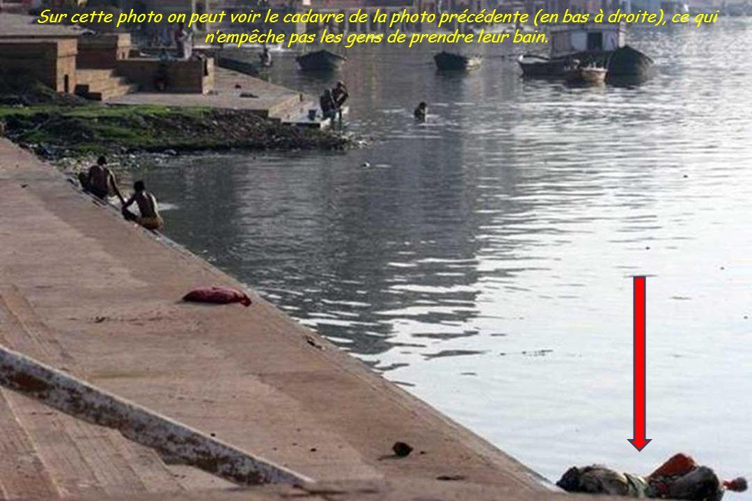 Des cadavres entiers sont jetés sans crémation car sans famille. Ils sont jetés ainsi pour que dieu (la rivière) puisse les consommer.