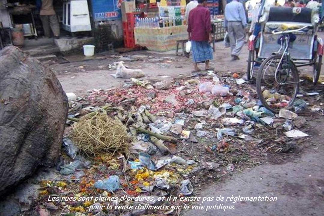 Les rues sont pleines d ordures, et il n existe pas de règlementation pour la vente daliments sur la voie publique.