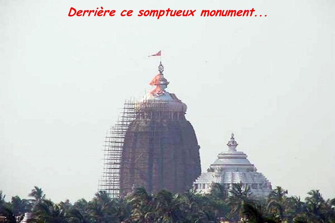 Derrière ce somptueux monument...