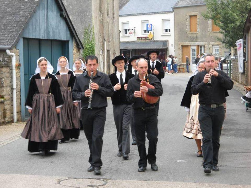 Tout commence par un défilé dans le bourg.