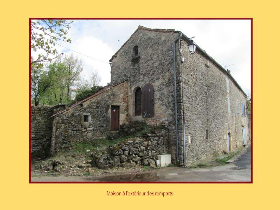Construite sur le rocher des conques, léglise veille depuis plus de sept siècles sur cette cité.