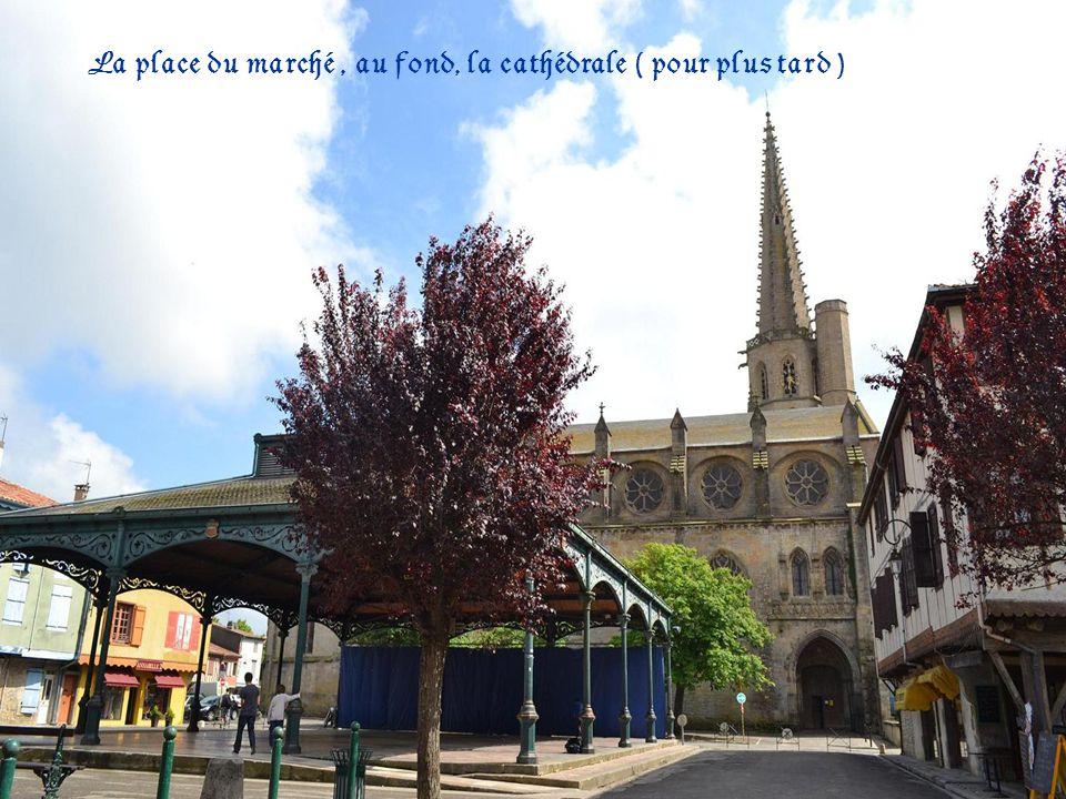 La place du marché, au fond, la cathédrale ( pour plus tard )