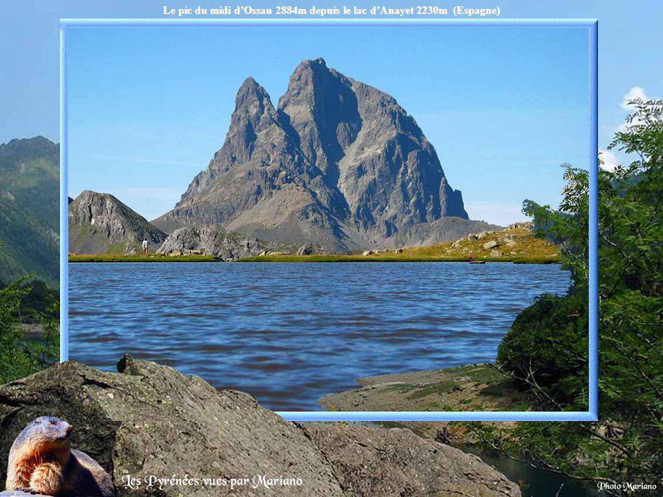 Les reflets du pic dArriel (2824m) sur le lac dArrémoulit 2305m.