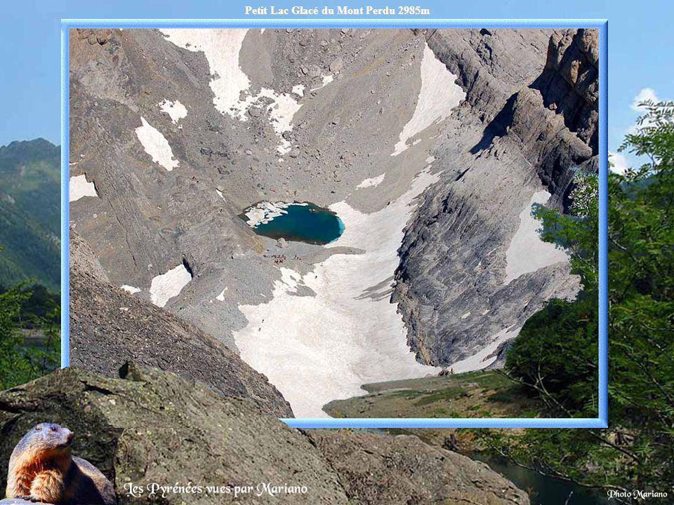 Lac de Barroude 2360m avec les reflets du pic de Troumousse 3085m.
