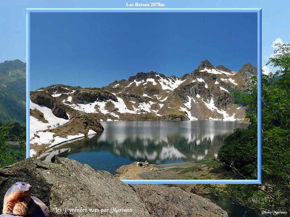 Le pic du midi dOssau 2884m depuis le lac Gentau 1947m.