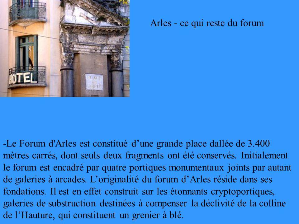-Le Forum d'Arles est constitué dune grande place dallée de 3.400 mètres carrés, dont seuls deux fragments ont été conservés. Initialement le forum es