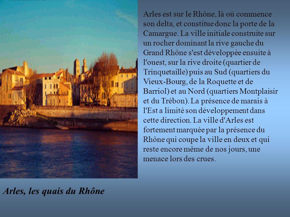 Arles est sur le Rhône, là où commence son delta, et constitue donc la porte de la Camargue. La ville initiale construite sur un rocher dominant la ri