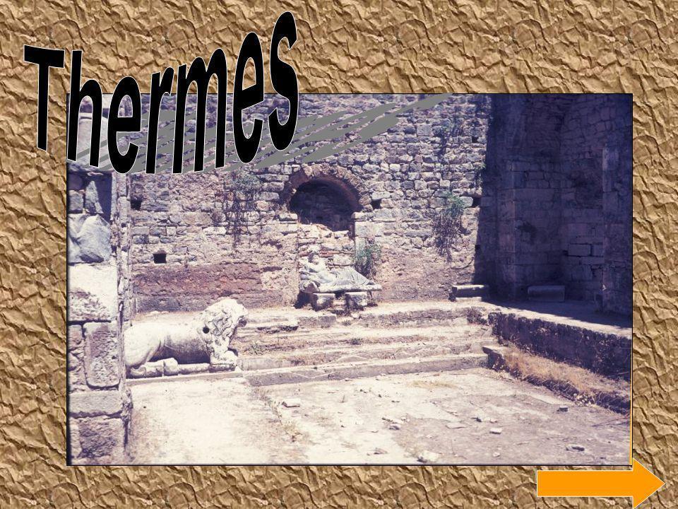 Le forum de Pompéi est orienté du Nord-Ouest au Sud-est.