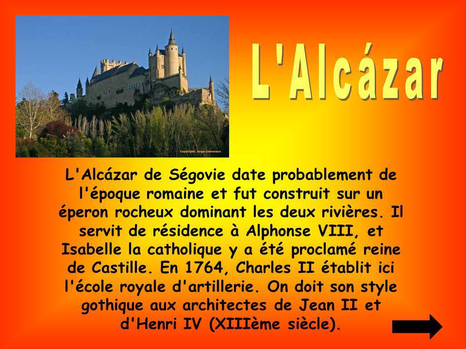 L'Alcázar de Ségovie date probablement de l'époque romaine et fut construit sur un éperon rocheux dominant les deux rivières. Il servit de résidence à