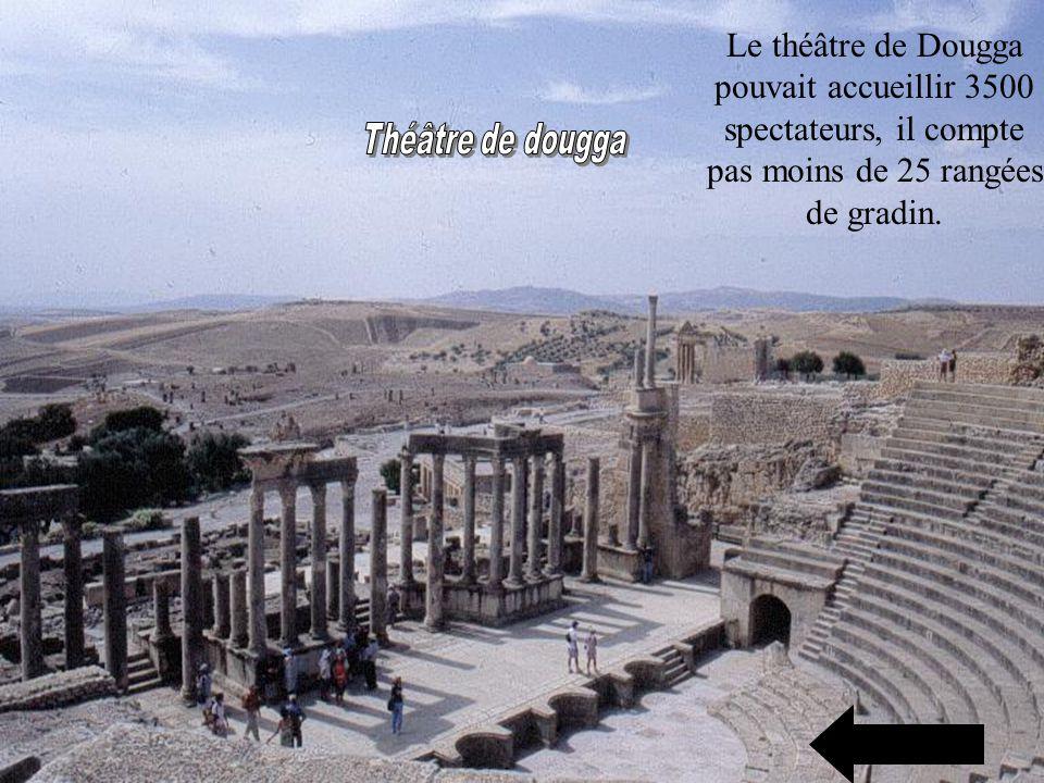 Le théâtre de Dougga pouvait accueillir 3500 spectateurs, il compte pas moins de 25 rangées de gradin.
