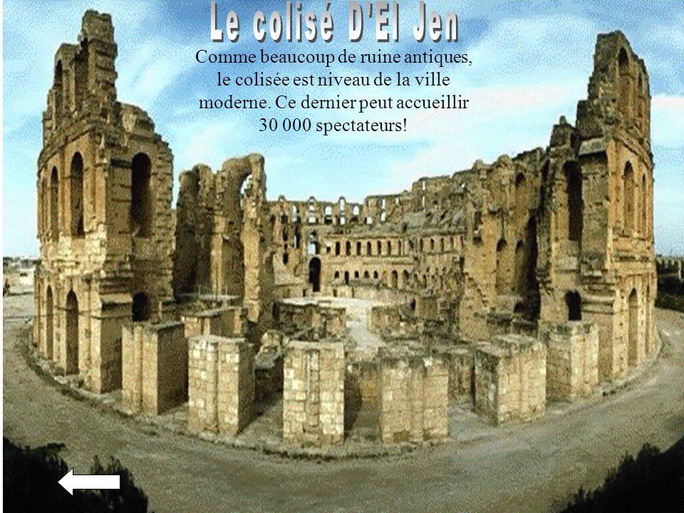 Comme beaucoup de ruine antiques, le colisée est niveau de la ville moderne. Ce dernier peut accueillir 30 000 spectateurs!