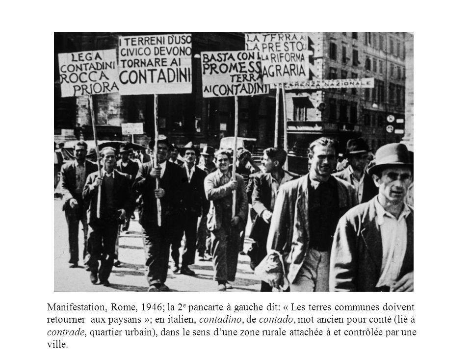 Manifestation, Rome, 1946; la 2 e pancarte à gauche dit: « Les terres communes doivent retourner aux paysans »; en italien, contadino, de contado, mot