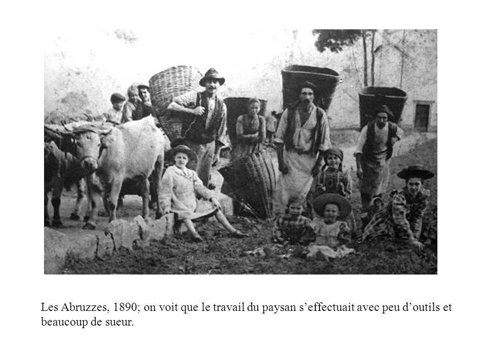 Les Abruzzes, 1890; ces poses étaient souvent interprétées comme « preuve » que les paysans avaient de familles énormes (et donc, ne contrôlaient pas leurs pulsions charnelles); il sagit plutôt dun groupe de travail dont les membres ne sont pas nécessairement apparentés.