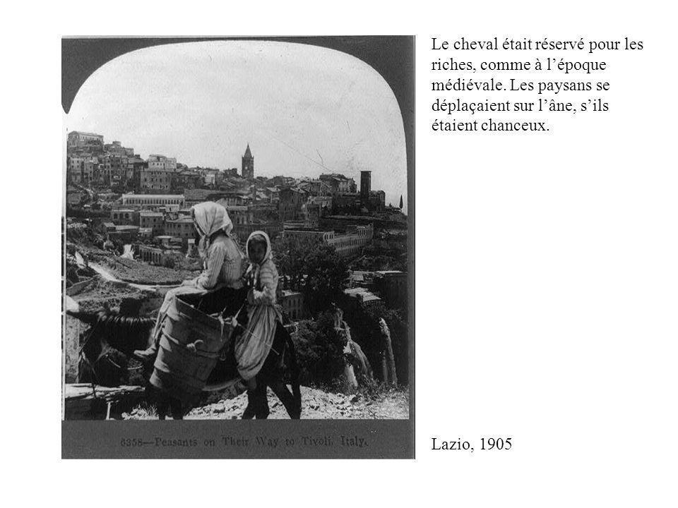 Manifestation, Rome, 1946; la 2 e pancarte à gauche dit: « Les terres communes doivent retourner aux paysans »; en italien, contadino, de contado, mot ancien pour conté (lié à contrade, quartier urbain), dans le sens dune zone rurale attachée à et contrôlée par une ville.