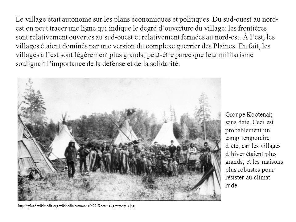 Le village était autonome sur les plans économiques et politiques. Du sud-ouest au nord- est on peut tracer une ligne qui indique le degré douverture