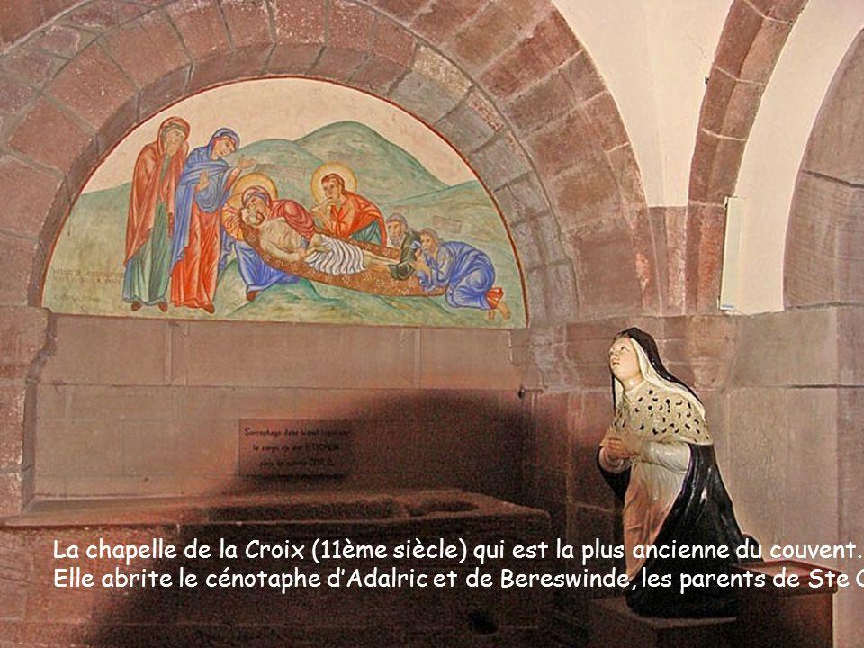 La chapelle de la Croix (11ème siècle) qui est la plus ancienne du couvent. Elle abrite le cénotaphe dAdalric et de Bereswinde, les parents de Ste Odi