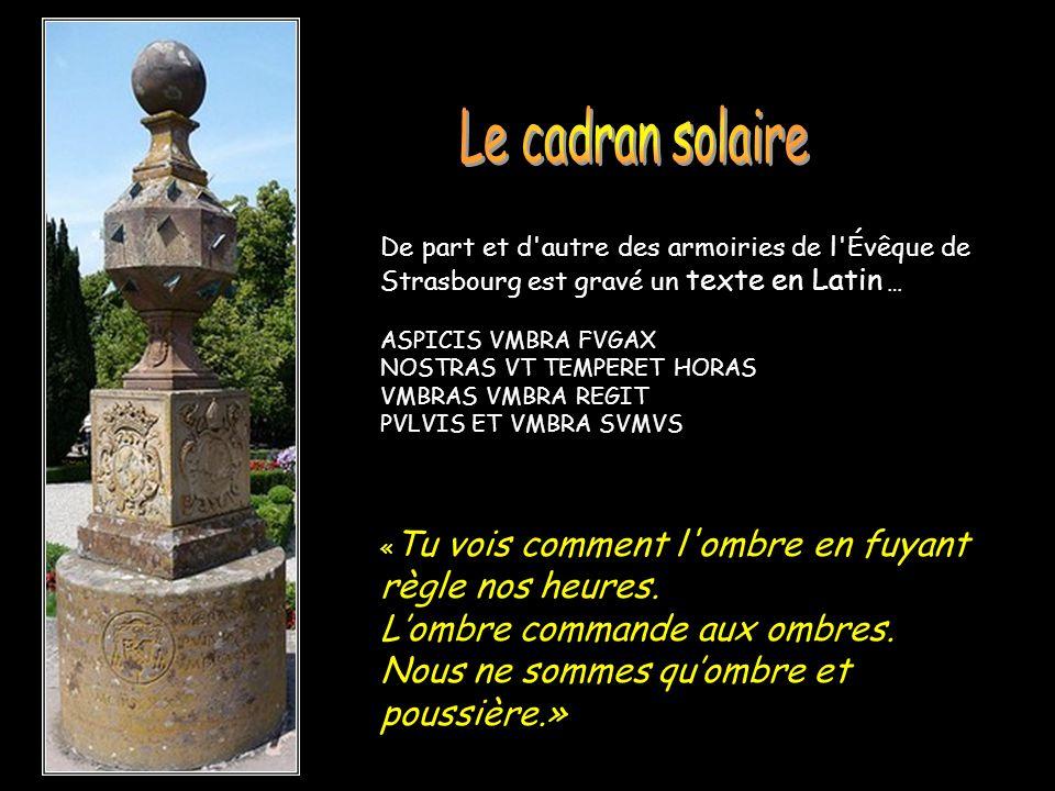 De part et d'autre des armoiries de l'Évêque de Strasbourg est gravé un texte en Latin … ASPICIS VMBRA FVGAX NOSTRAS VT TEMPERET HORAS VMBRAS VMBRA RE