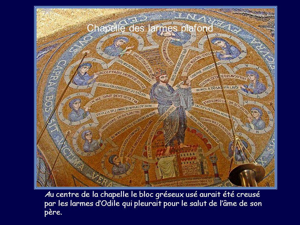 Chapelle des larmes plafond Au centre de la chapelle le bloc gréseux usé aurait été creusé par les larmes dOdile qui pleurait pour le salut de lâme de son père.