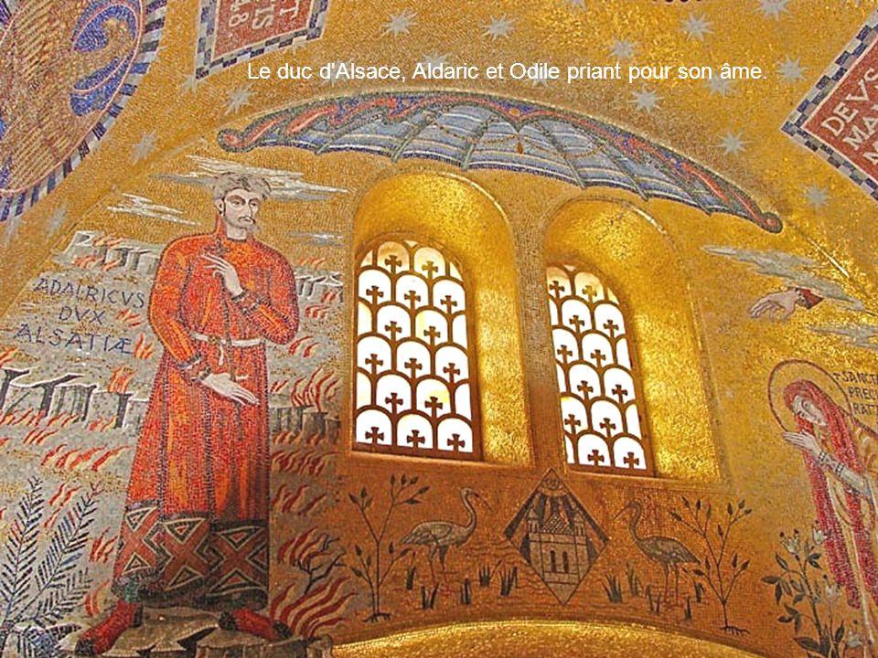 Le duc d'Alsace, Aldaric et Odile priant pour son âme.