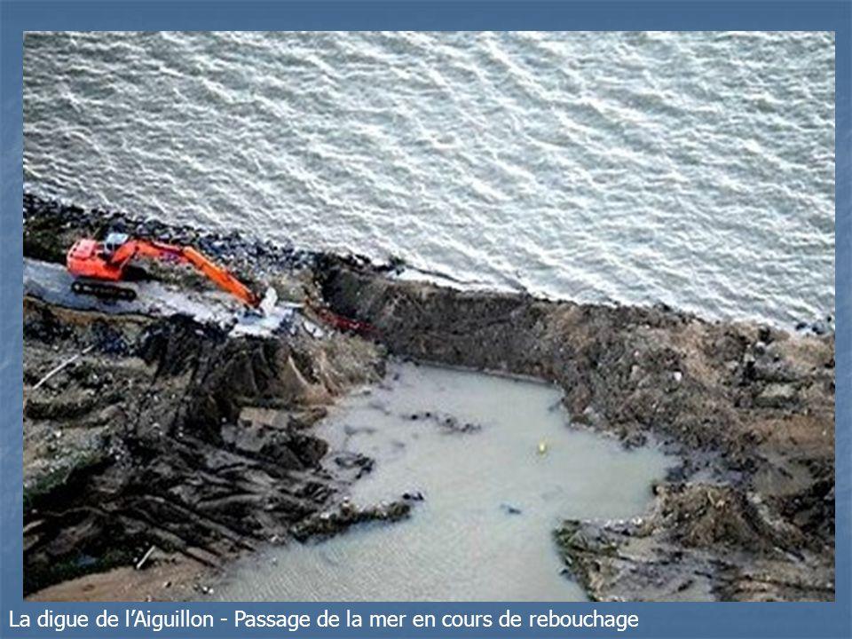 La digue de lAiguillon - Passage de la mer en cours de rebouchage