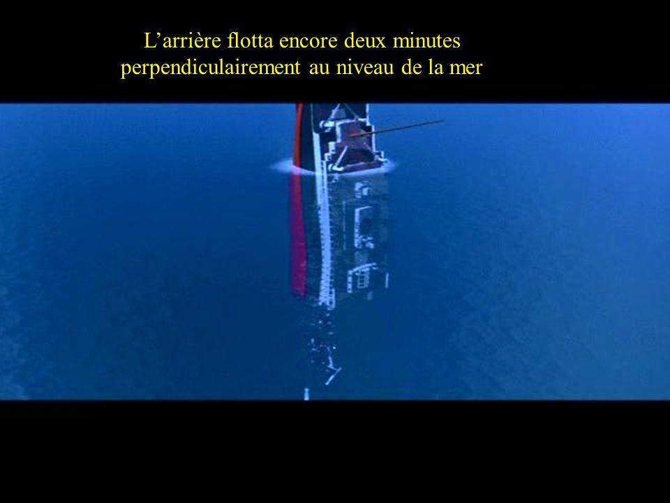 The Stern floated a couple of minutes perpendicular to the ocean level. Larrière flotta encore deux minutes perpendiculairement au niveau de la mer