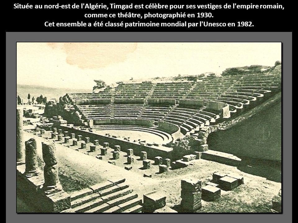 Située au nord-est de l'Algérie, Timgad est célèbre pour ses vestiges de l'empire romain, comme ce théâtre, photographié en 1930. Cet ensemble a été c