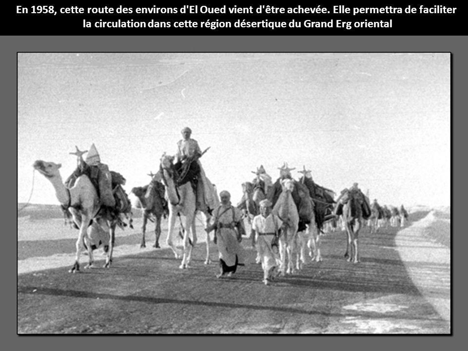 En 1958, cette route des environs d'El Oued vient d'être achevée. Elle permettra de faciliter la circulation dans cette région désertique du Grand Erg