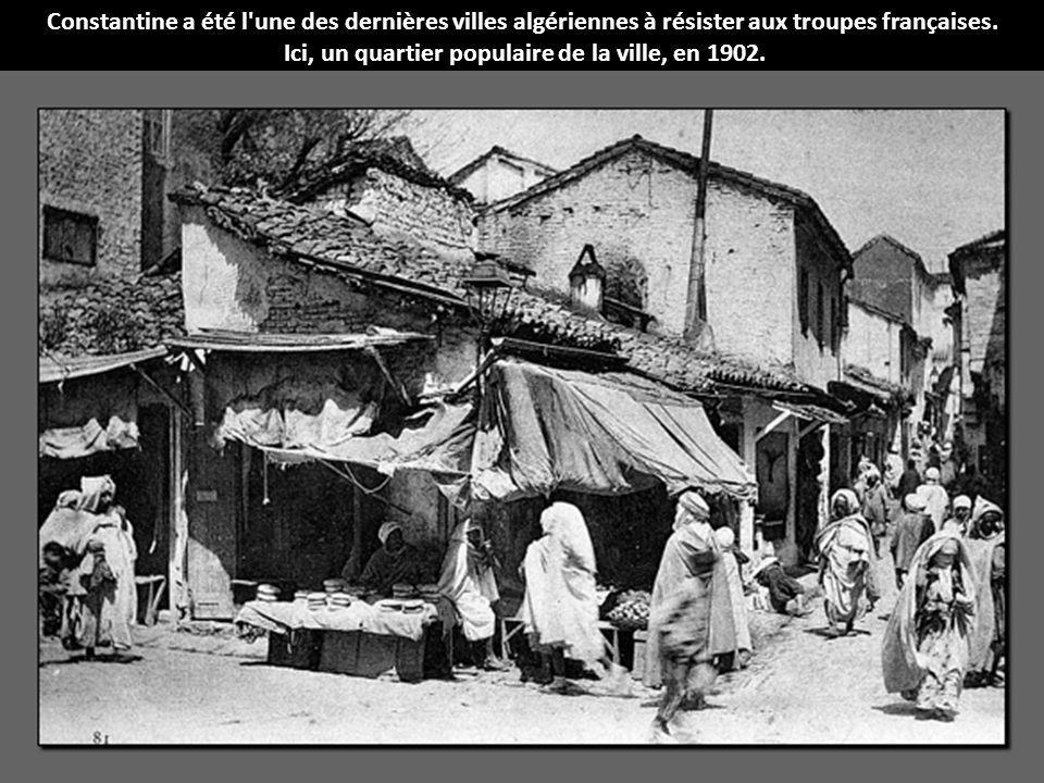 Constantine a été l'une des dernières villes algériennes à résister aux troupes françaises. Ici, un quartier populaire de la ville, en 1902.