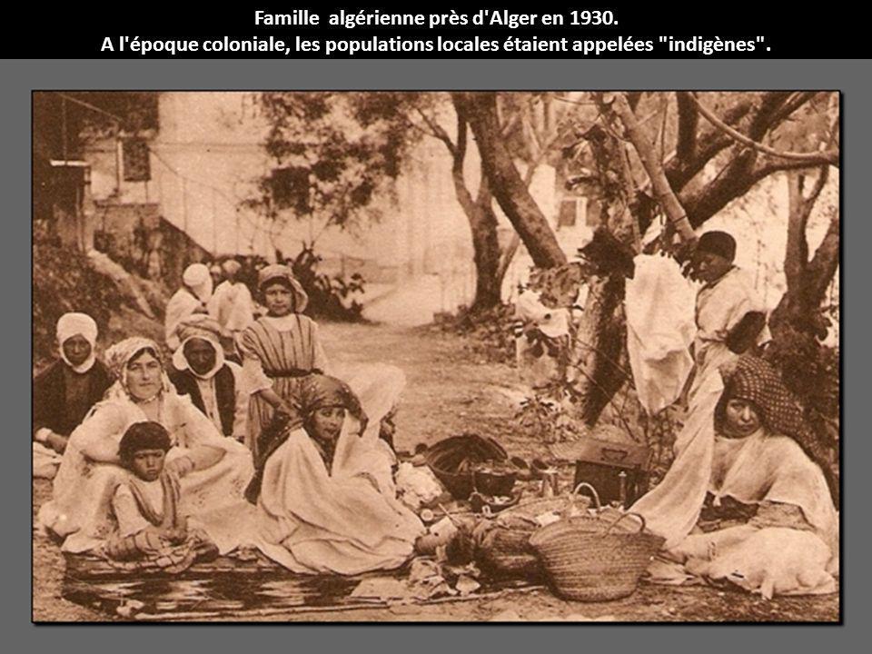 Famille algérienne près d'Alger en 1930. A l'époque coloniale, les populations locales étaient appelées