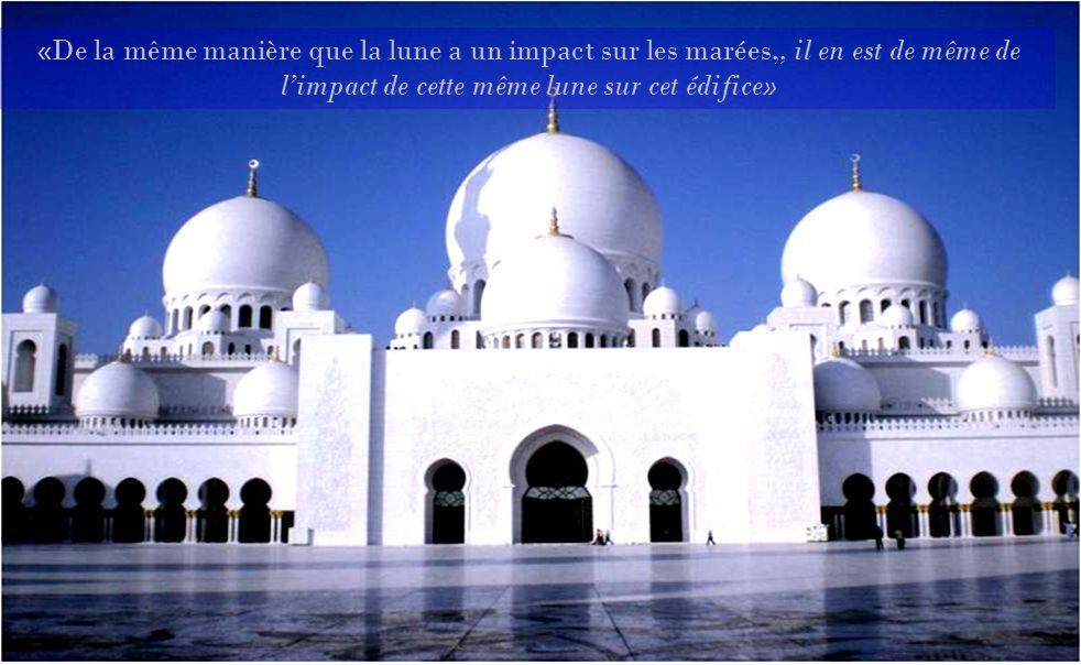 Voilà le plus célèbre monument de Abu Dhabi, capitale des Émirats arabes unis. Cette mosquée fut baptisée en lhonneur du dernier Scheik, Zayed bin Sul