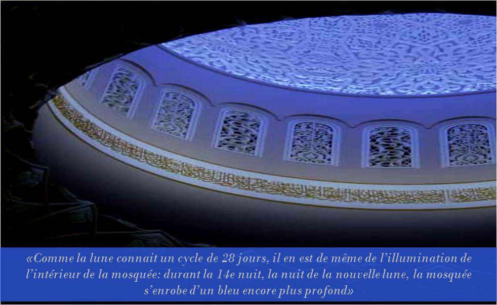 «Comme la lune connait un cycle de 28 jours, il en est de même de lillumination de lintérieur de la mosquée: durant la 14e nuit, la nuit de la nouvelle lune, la mosquée senrobe dun bleu encore plus profond»