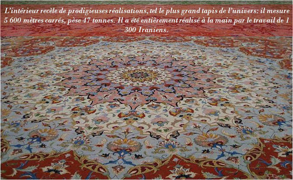 Lintérieur recèle de prodigieuses réalisations, tel le plus grand tapis de lunivers: il mesure 5 600 mètres carrés, pèse 47 tonnes.
