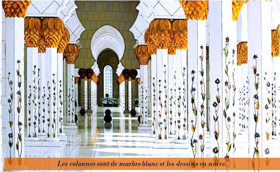 Lintérieur recèle de prodigieuses réalisations, tel le plus grand tapis de lunivers: il mesure 5 600 mètres carrés, pèse 47 tonnes. Il a été entièreme