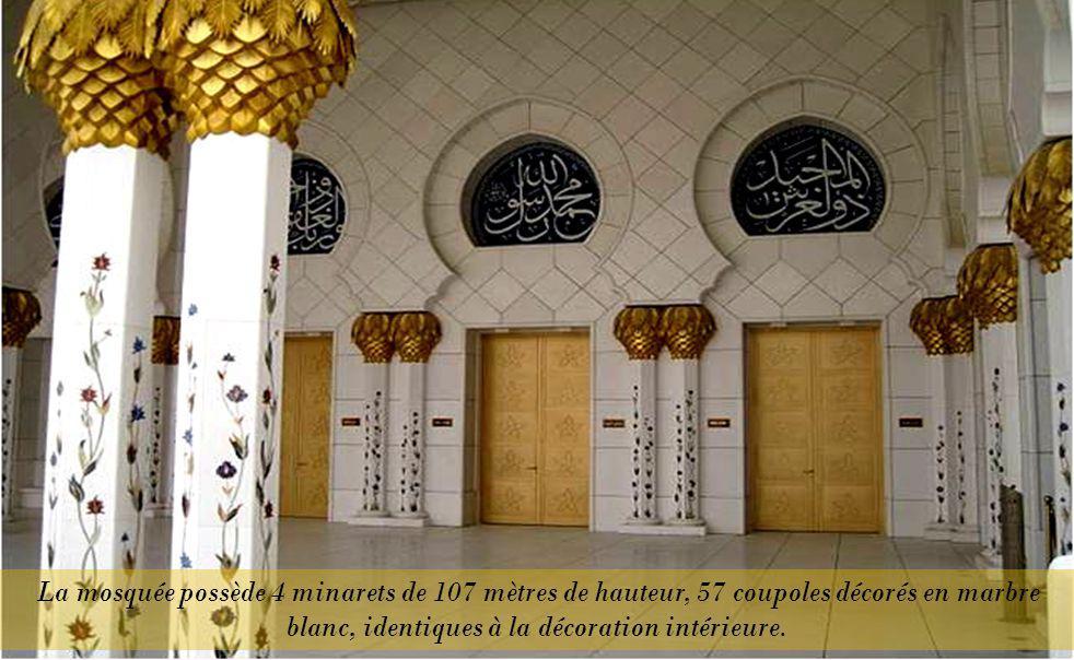 La mosquée possède 4 minarets de 107 mètres de hauteur, 57 coupoles décorés en marbre blanc, identiques à la décoration intérieure.