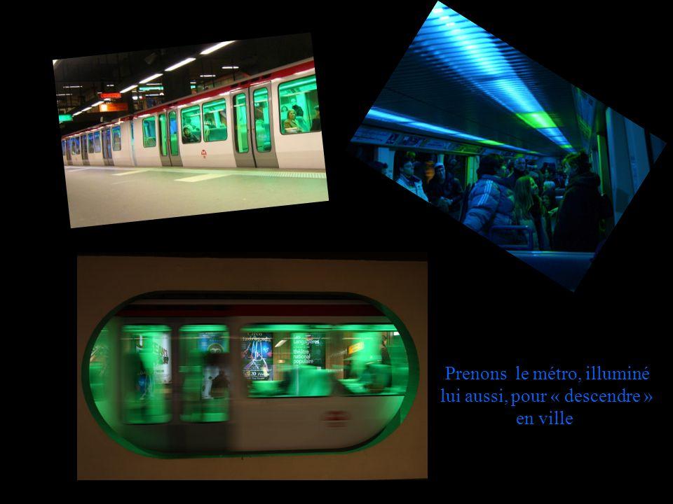 Prenons le métro, illuminé lui aussi, pour « descendre » en ville