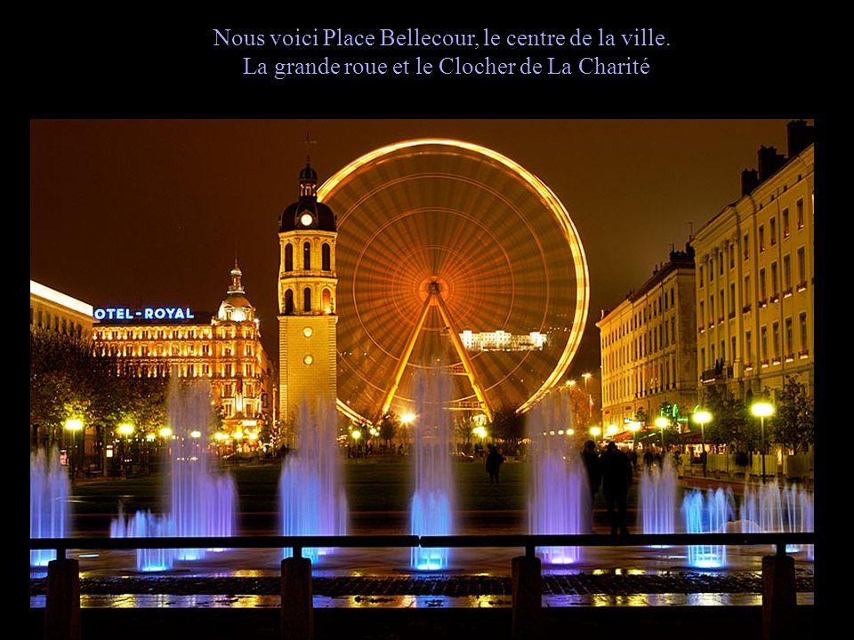 Nous voici Place Bellecour, le centre de la ville. La grande roue et le Clocher de La Charité