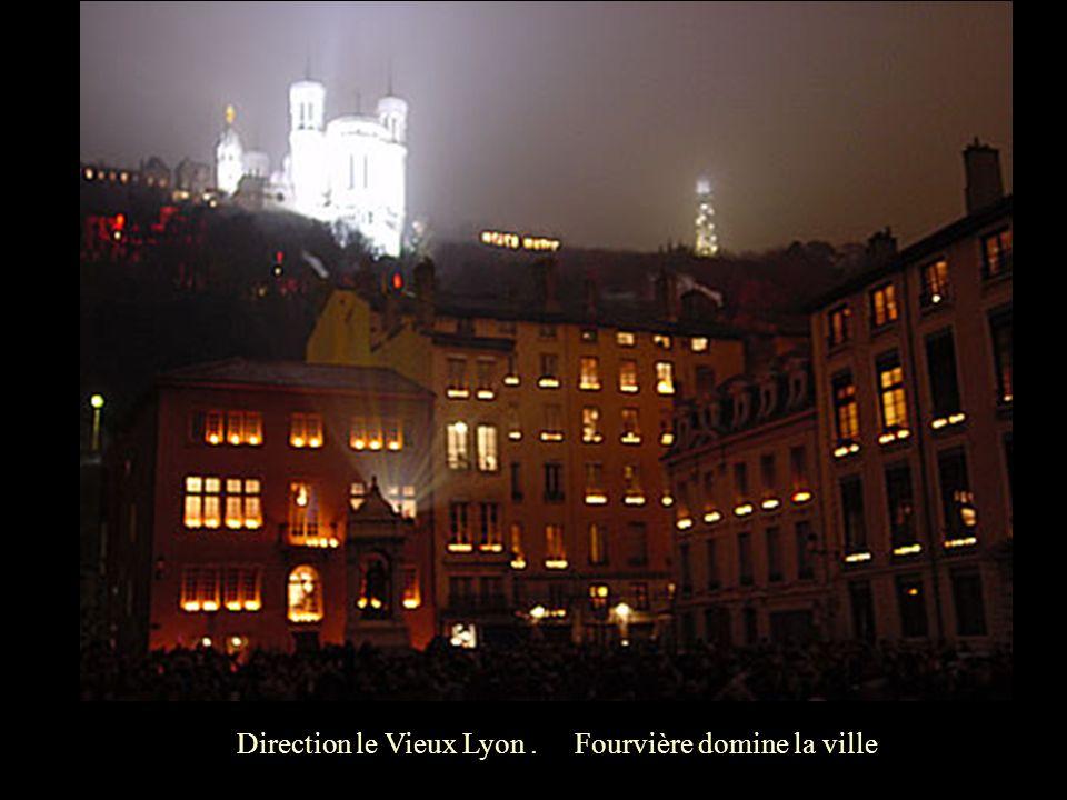 Direction le Vieux Lyon. Fourvière domine la ville.