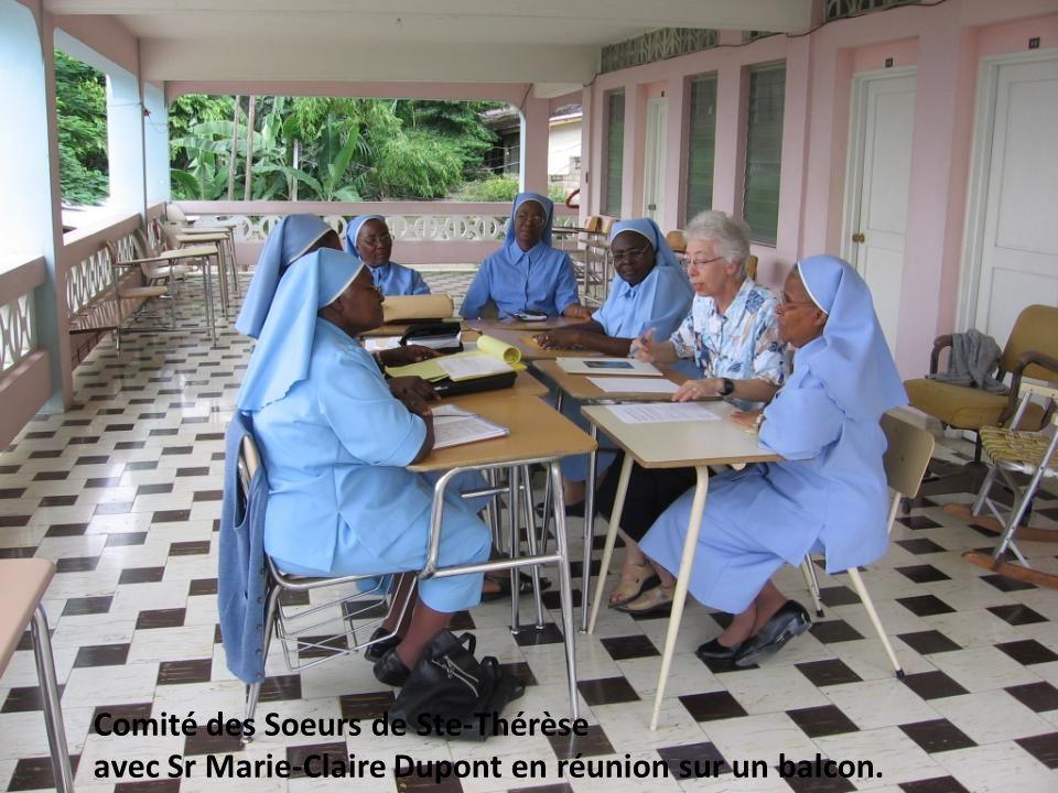 Comité des Soeurs de Ste-Thérèse avec Sr Marie-Claire Dupont en réunion sur un balcon.