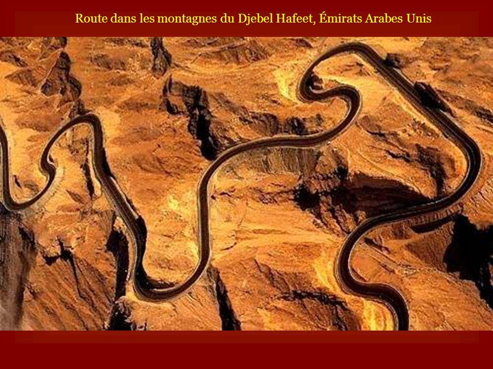 Route dans les montagnes du Djebel Hafeet, Émirats Arabes Unis