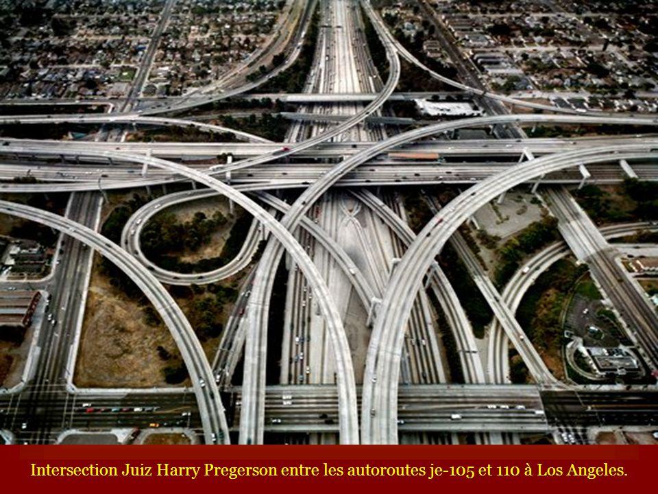 Intersection Juiz Harry Pregerson entre les autoroutes je-105 et 110 à Los Angeles.